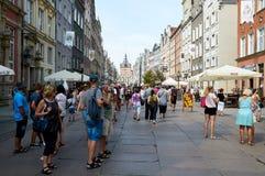 Folk som går på gator i historisk mitt gdansk arkivbild
