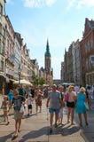 Folk som går på gator i historisk mitt gdansk royaltyfria foton