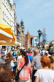Folk som går på gator i historisk mitt gdansk arkivfoton