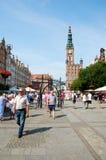 Folk som går på gator i historisk mitt gdansk royaltyfri bild