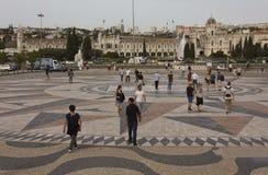 Folk som går på golvvindrosen av Belem royaltyfria bilder