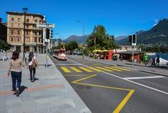Folk som går på lakesiden av Lugano royaltyfri bild