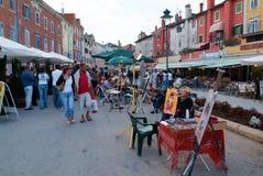 Folk som går på marknaden av Rovinj på Kroatien Royaltyfri Foto
