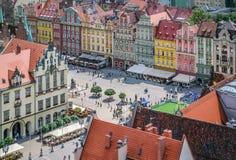 Folk som går på marknadsfyrkanten i Wroclaw, Polen Royaltyfria Foton