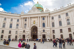 Folk som går på Michaelerplatz i Wien Royaltyfri Fotografi