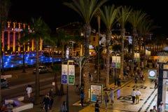 Folk som går på nattgatan av den Las Americas staden på den Tenerife ön Royaltyfria Bilder