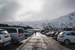 Folk som går på parkeringshuset av den Glencoe bergsemesterorten, Scotl royaltyfria bilder