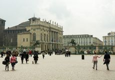 Folk som går på piazza Castello i Turin royaltyfria foton