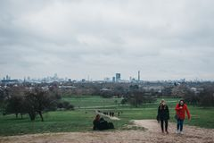 Folk som går på primulakullen, London, UK arkivbilder
