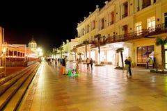 Folk som går på promenad i den Yalta staden i natt Royaltyfri Bild