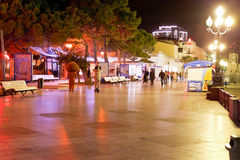 Folk som går på promenad i den Yalta staden i natt Arkivfoto