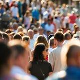 Folk som går på stadsgatan Royaltyfri Fotografi