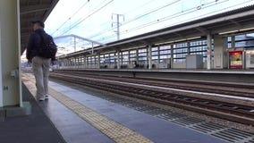 Folk som går på stationen i Himeji, Japan stock video