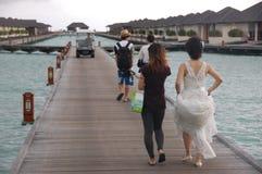 Folk som går på timmerpir Maldiverna Royaltyfri Fotografi
