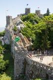 Folk som går på väggarna av slotten av hederna, Sintra, Portugal Arkivfoton