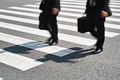 Folk som går på zebramarkering gata Arkivbilder