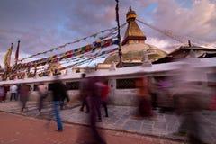 Folk som går runt om Boudhanath Stupa. Nepal Royaltyfri Fotografi