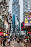 Folk som går shoppingvägbankfjärden Hong Kong Royaltyfri Foto
