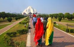 Folk som går till den Lotus templet i New Delhi, Indien Arkivfoton