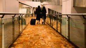 Folk som går till flygplatsen från porten av IGI Royaltyfri Foto
