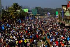 Folk som går till Ijtema den globala kongregationen Arkivbild