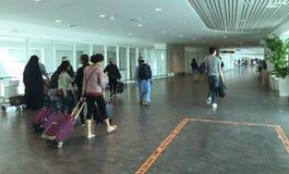 Folk som går till logiportar på Tan Son Nhat Airport, Saigon, Vietnam arkivfoton
