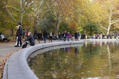 Folk som går till och med Central Park royaltyfri bild