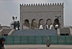 Folk som går till och med mausoleet av Hasan II, Rabat Arkivfoto