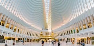 Folk som går till och med Occulusen på World Trade Center Arkivbilder