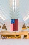 Folk som går till och med Occulusen på World Trade Center Arkivfoton