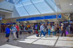 Folk som går till olika terminaler och den bästa sikten av biljetter, och blått tecken för incheckning på Orlando International A royaltyfria foton