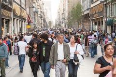 Folk som går vid Calle Francisco I Madero i Hictorical cen arkivfoton