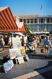 Folk som går vid Cours Saleya den antika marknaden, Nice, Frankrike Arkivfoton