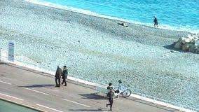 Folk som går vid den Promedade desen Anglais, Nice, Frankrike stock video