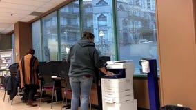Folk som gör kopia insidan att serva Kanada arkivfilmer