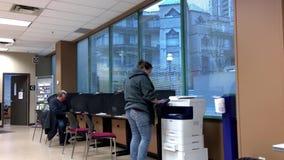 Folk som gör kopia insidan att serva Kanada lager videofilmer