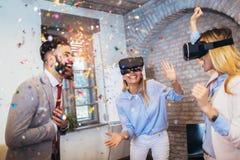 Folk som gör lagutbildningsövning under seminarium för lagbyggnad genom att använda VR-exponeringsglas arkivbild