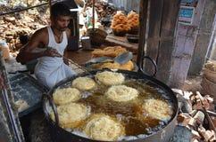 Folk som gör Pheni en söt maträtt för Roza IftarBreaking det snabbt Arkivfoton