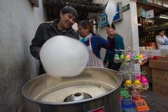 Folk som gör socker-godis floss i Shanghai Arkivfoto