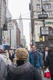 Folk som går i den 42nd gatan Royaltyfria Bilder