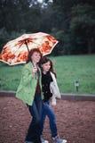 Folk som går i regnet Arkivbild