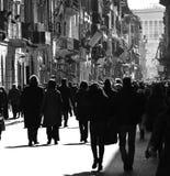 Folk som går i staden Arkivbild