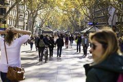 Folk som går på den laRambla gatan i Barcelona Arkivfoton