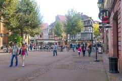 Folk som går på en gata i Colmar Fotografering för Bildbyråer