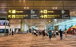 Folk som går på terminalen 1 av den Changi flygplatsen i Singapore Royaltyfri Fotografi