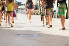 Folk som går till stranden Royaltyfri Foto
