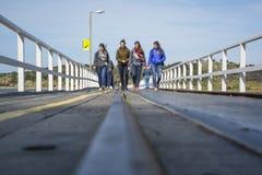 Folk som går över den Victor Harbor bryggan - redaktörs- bruk på Royaltyfri Fotografi