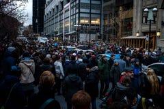 Folk som grupperar i minnet av attacken i Paris Fotografering för Bildbyråer