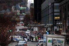 Folk som grupperar i minnet av attacken i Paris Royaltyfria Foton