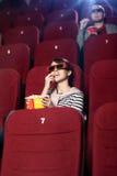 Folk som håller ögonen på en film Royaltyfria Bilder